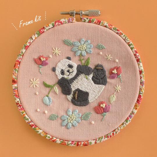 Chicchiさんの動物刺しゅうキット パンダさんのごろんと寝転ぶ夢の花フレーム