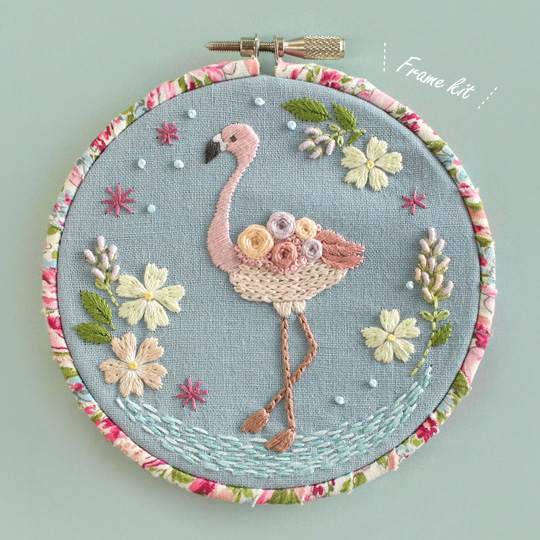 Chicchiさんの動物刺しゅうキット フラミンゴさんのお花と遊ぶ湖のほとりフレーム